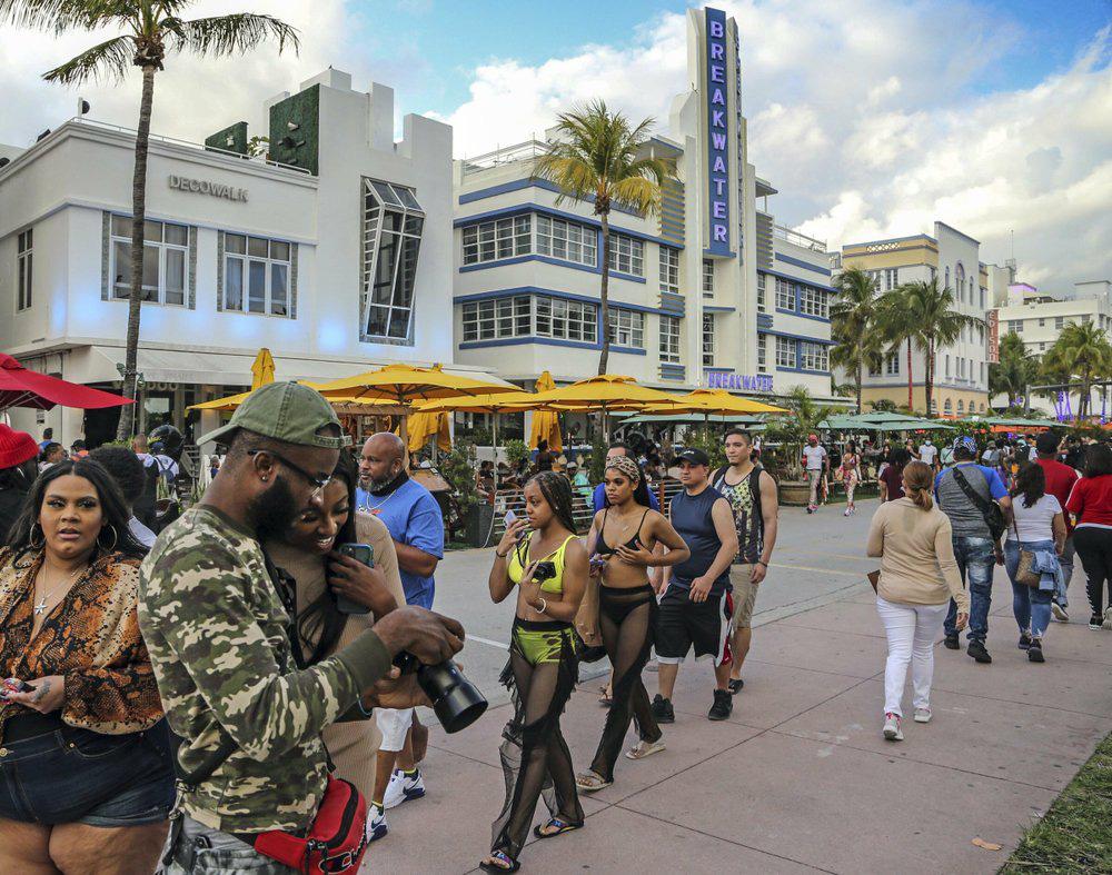 Hàng nghìn người tiệc tùng bất chấp COVID-19, Miami Beach phải áp đặt lệnh giới nghiêm - Ảnh 1.