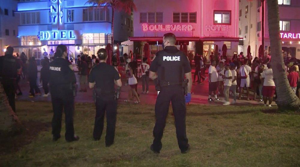 Hàng nghìn người tiệc tùng bất chấp COVID-19, Miami Beach phải áp đặt lệnh giới nghiêm - Ảnh 6.