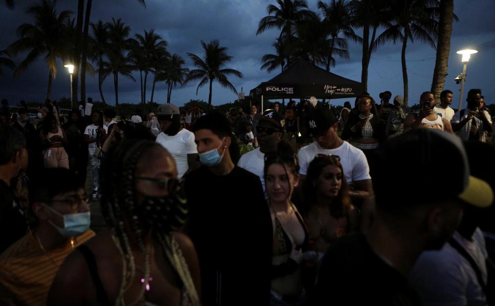 Hàng nghìn người tiệc tùng bất chấp COVID-19, Miami Beach phải áp đặt lệnh giới nghiêm - Ảnh 3.
