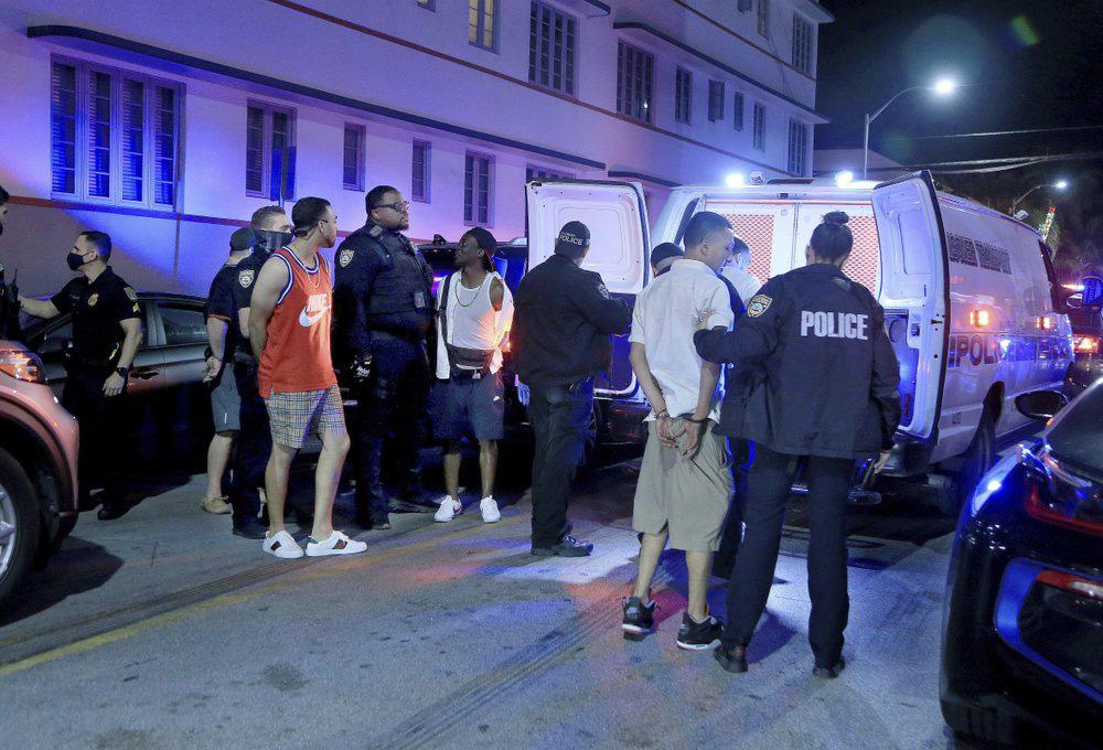Hàng nghìn người tiệc tùng bất chấp COVID-19, Miami Beach phải áp đặt lệnh giới nghiêm - Ảnh 8.