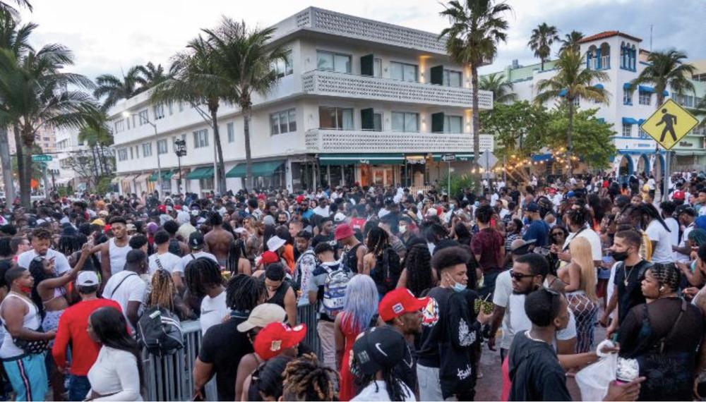 Hàng nghìn người tiệc tùng bất chấp COVID-19, Miami Beach phải áp đặt lệnh giới nghiêm - Ảnh 2.