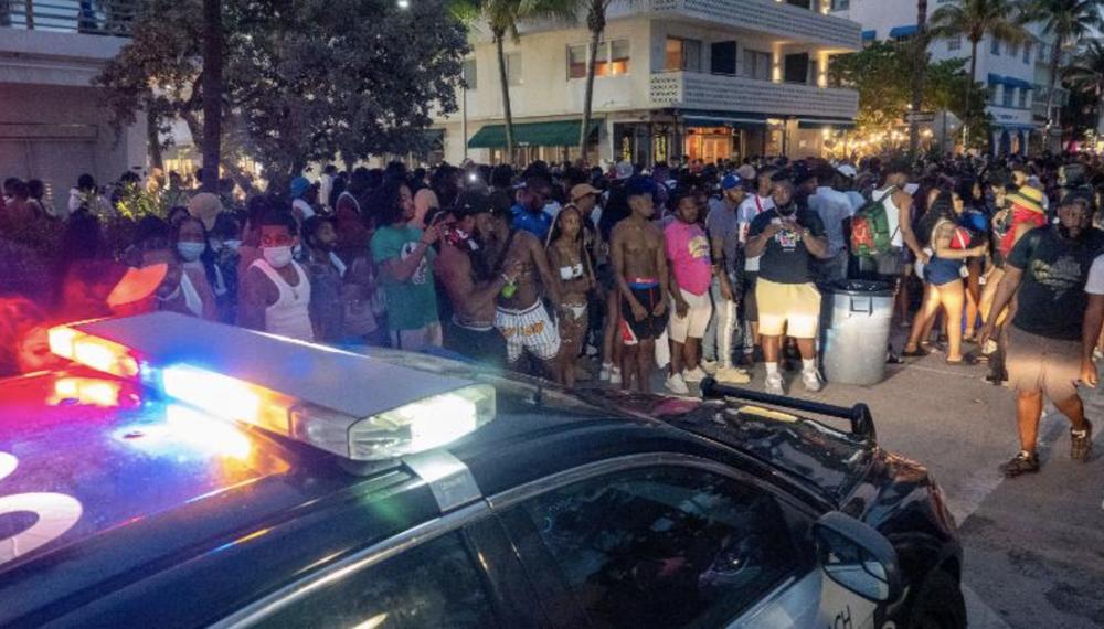 Hàng nghìn người tiệc tùng bất chấp COVID-19, Miami Beach phải áp đặt lệnh giới nghiêm - Ảnh 5.
