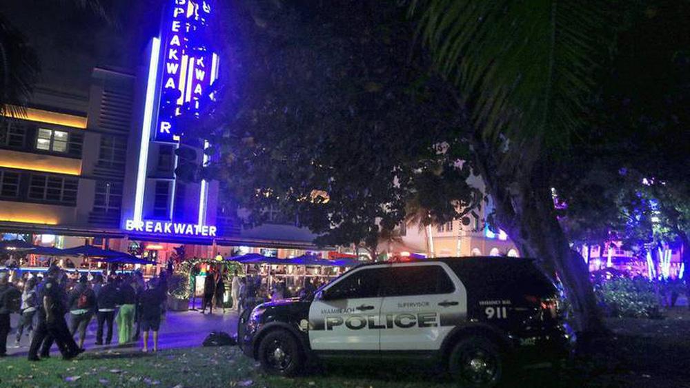 Hàng nghìn người tiệc tùng bất chấp COVID-19, Miami Beach phải áp đặt lệnh giới nghiêm - Ảnh 7.