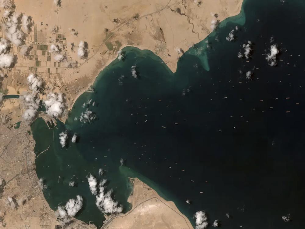 Ảnh vệ tinh cho thấy hàng trăm con tàu trôi nổi chờ đợi trên kênh đào Suez - Ảnh 3.