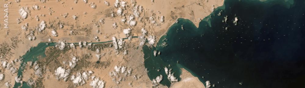 Ảnh vệ tinh cho thấy hàng trăm con tàu trôi nổi chờ đợi trên kênh đào Suez - Ảnh 2.