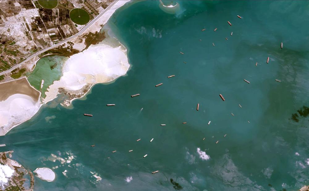 Ảnh vệ tinh cho thấy hàng trăm con tàu trôi nổi chờ đợi trên kênh đào Suez - Ảnh 1.