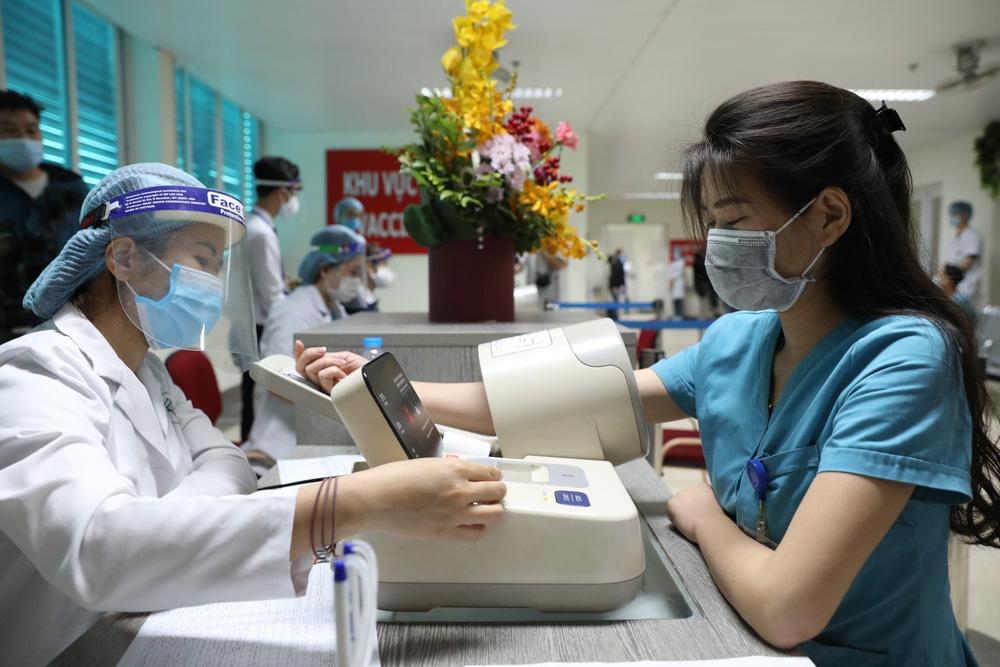 Y bác sĩ bệnh viện Thanh Nhàn tin vào độ an toàn của vaccine ngừa COVID-19 đã tiêm - Ảnh 3.