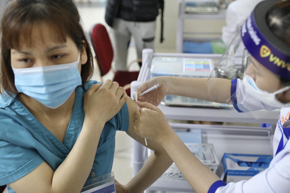 Y bác sĩ bệnh viện Thanh Nhàn tin vào độ an toàn của vaccine ngừa COVID-19 đã tiêm - Ảnh 11.