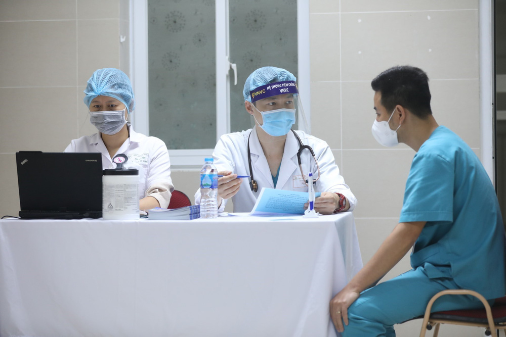 Y bác sĩ bệnh viện Thanh Nhàn tin vào độ an toàn của vaccine ngừa COVID-19 đã tiêm - Ảnh 4.