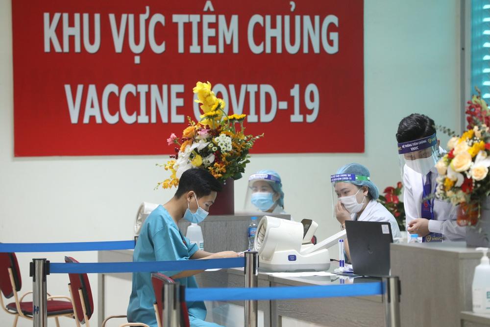 Y bác sĩ bệnh viện Thanh Nhàn tin vào độ an toàn của vaccine ngừa COVID-19 đã tiêm - Ảnh 1.