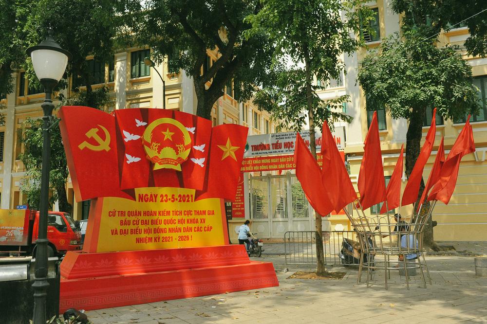 Thủ đô Hà Nội rực sắc đỏ chào mừng cuộc bầu cử Đại biểu Quốc hội và HĐND - Ảnh 1.