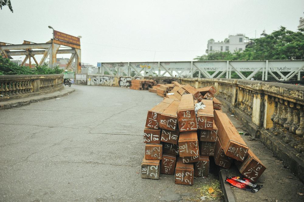 Vượt rào, chụp ảnh trên đường ray cầu Long Biên: Đổi nguy hiểm thật để lấy tấm hình sống ảo liệu có đáng? - Ảnh 9.