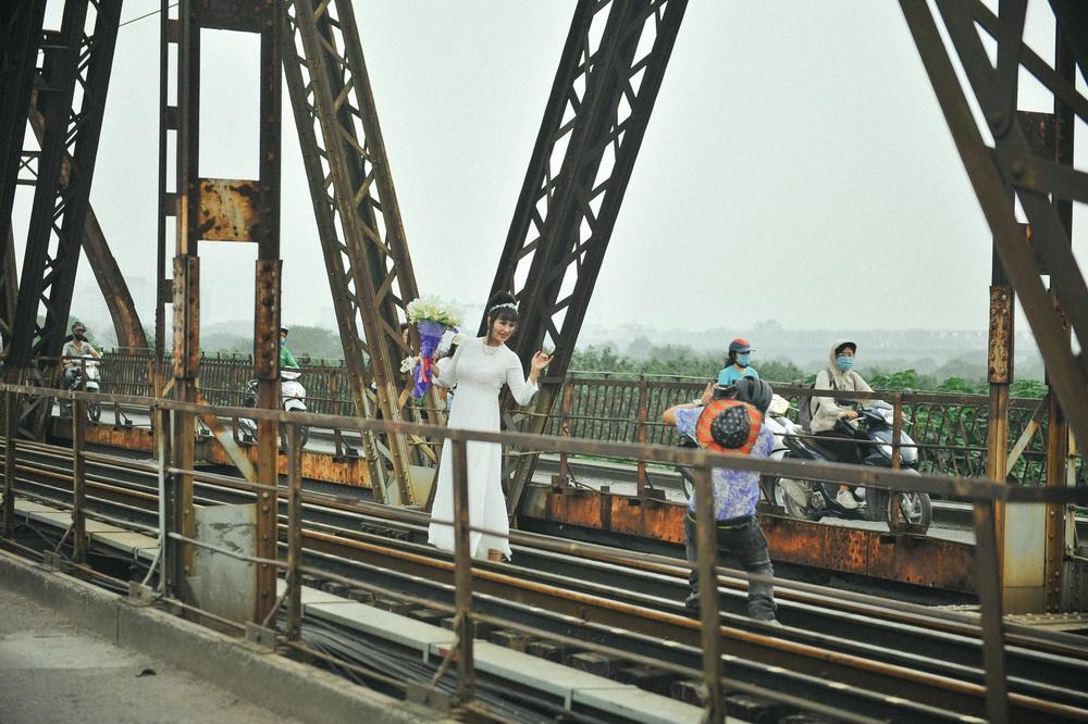 Vượt rào, chụp ảnh trên đường ray cầu Long Biên: Đổi nguy hiểm thật để lấy tấm hình sống ảo liệu có đáng? - Ảnh 2.