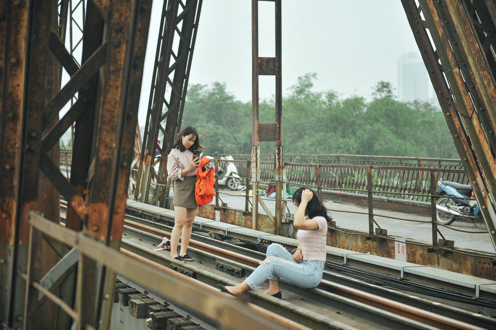 Vượt rào, chụp ảnh trên đường ray cầu Long Biên: Đổi nguy hiểm thật để lấy tấm hình sống ảo liệu có đáng? - Ảnh 7.