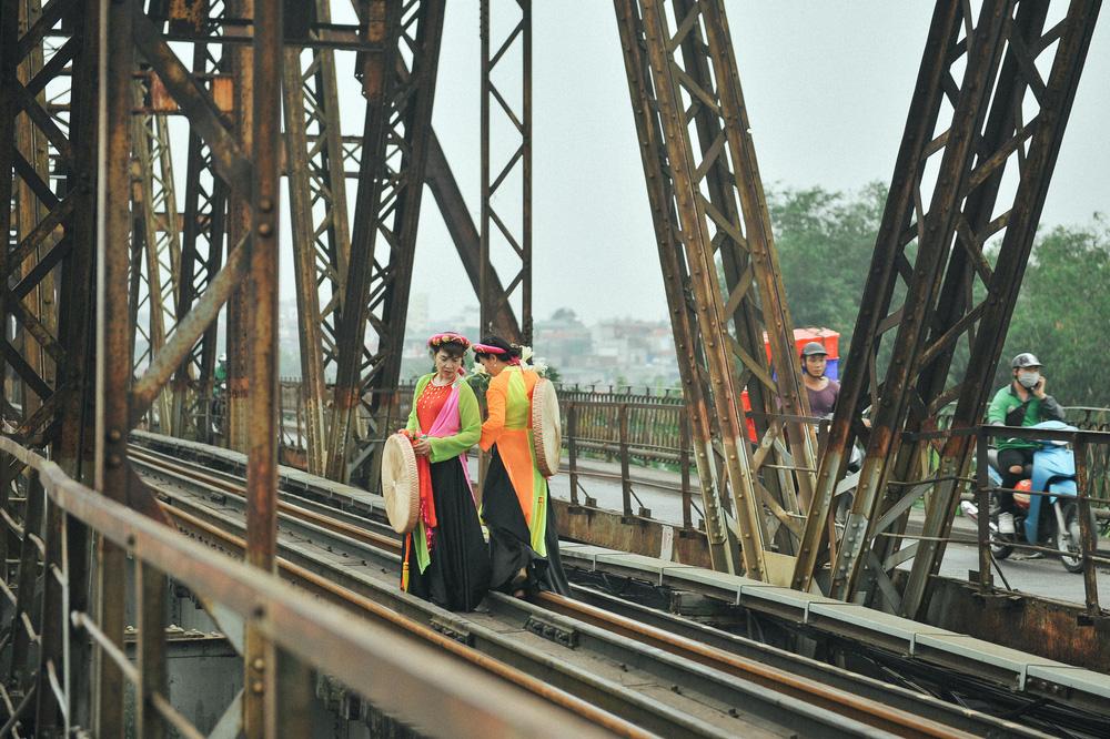 Vượt rào, chụp ảnh trên đường ray cầu Long Biên: Đổi nguy hiểm thật để lấy tấm hình sống ảo liệu có đáng? - Ảnh 1.