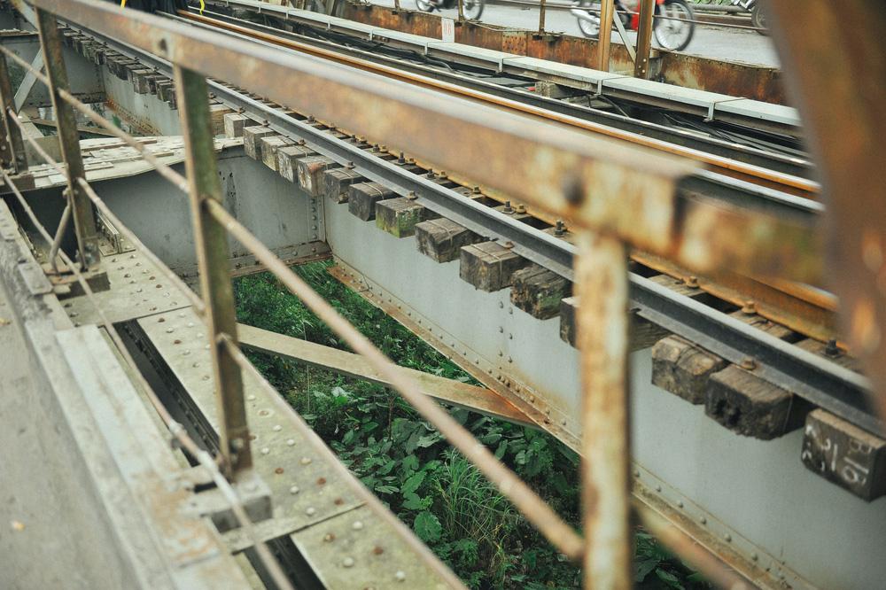 Vượt rào, chụp ảnh trên đường ray cầu Long Biên: Đổi nguy hiểm thật để lấy tấm hình sống ảo liệu có đáng? - Ảnh 8.