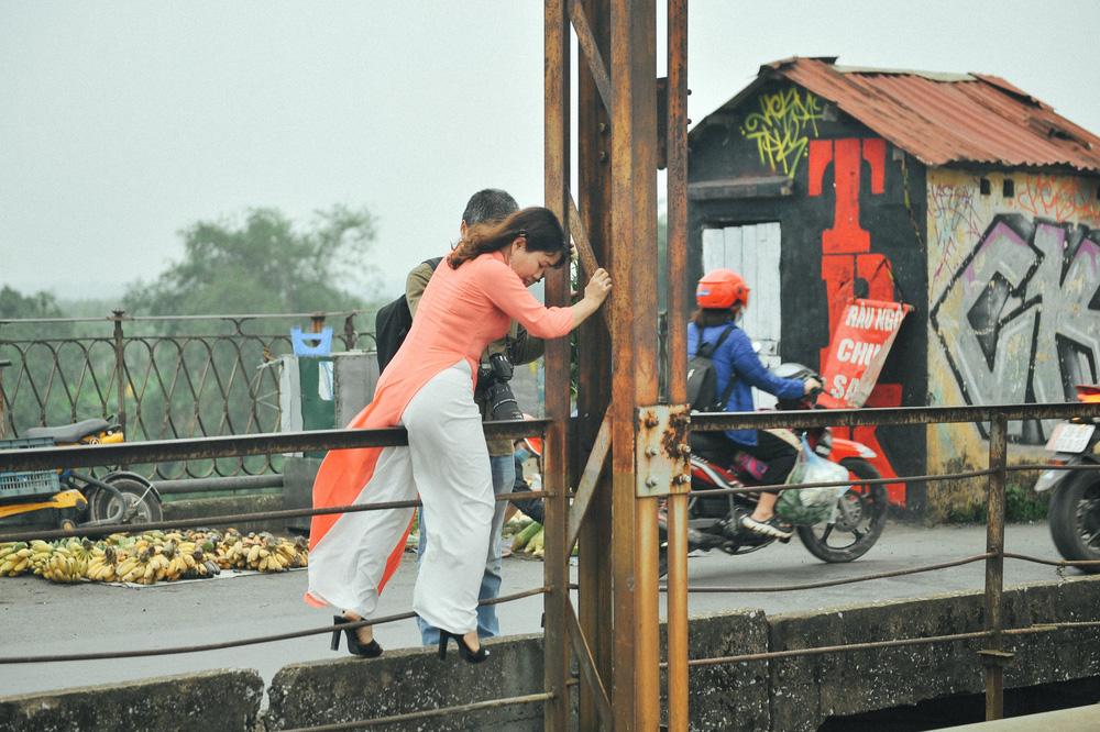 Vượt rào, chụp ảnh trên đường ray cầu Long Biên: Đổi nguy hiểm thật để lấy tấm hình sống ảo liệu có đáng? - Ảnh 3.