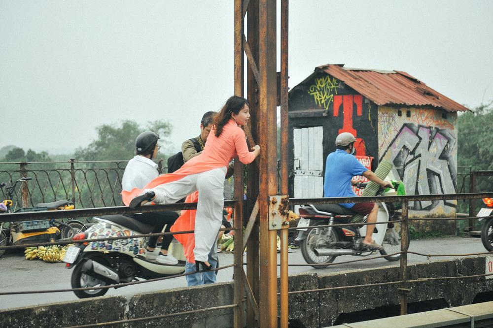Vượt rào, chụp ảnh trên đường ray cầu Long Biên: Đổi nguy hiểm thật để lấy tấm hình sống ảo liệu có đáng? - Ảnh 4.