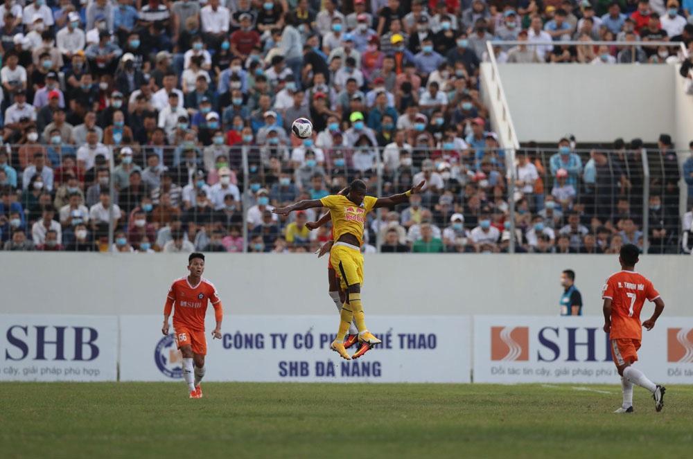 ẢNH: Hoàng Anh Gia Lai vượt qua SHB Đà Nẵng ngay tại Hoà Xuân, giành lại ngôi đầu V.League 2021 - Ảnh 6.