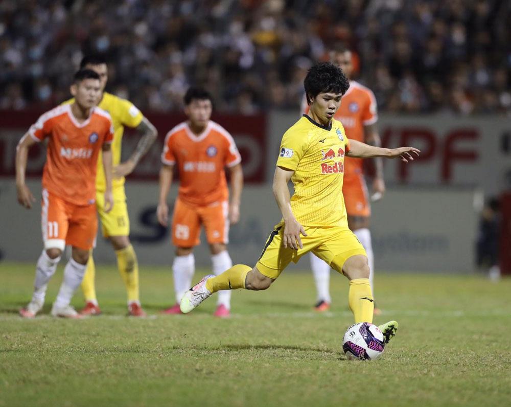 ẢNH: Hoàng Anh Gia Lai vượt qua SHB Đà Nẵng ngay tại Hoà Xuân, giành lại ngôi đầu V.League 2021 - Ảnh 11.