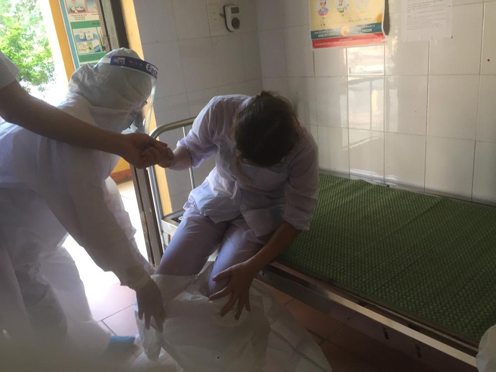 Rơi nước mắt hình ảnh nhân viên y tế kiệt sức khi vượt nắng, băng đêm truy tìm COVID-19 - Ảnh 4.