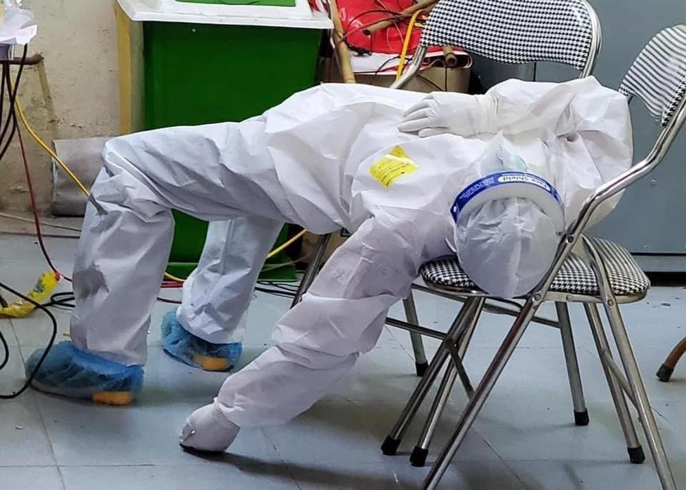 Rơi nước mắt hình ảnh nhân viên y tế kiệt sức khi vượt nắng, băng đêm truy tìm COVID-19 - Ảnh 5.