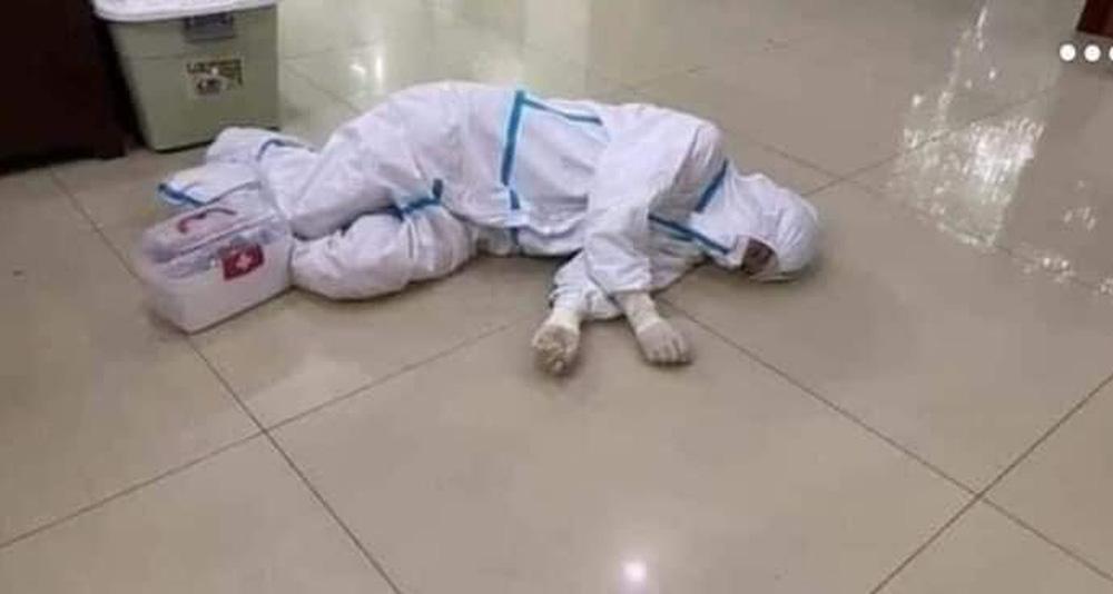 Rơi nước mắt hình ảnh nhân viên y tế kiệt sức khi vượt nắng, băng đêm truy tìm COVID-19 - Ảnh 6.