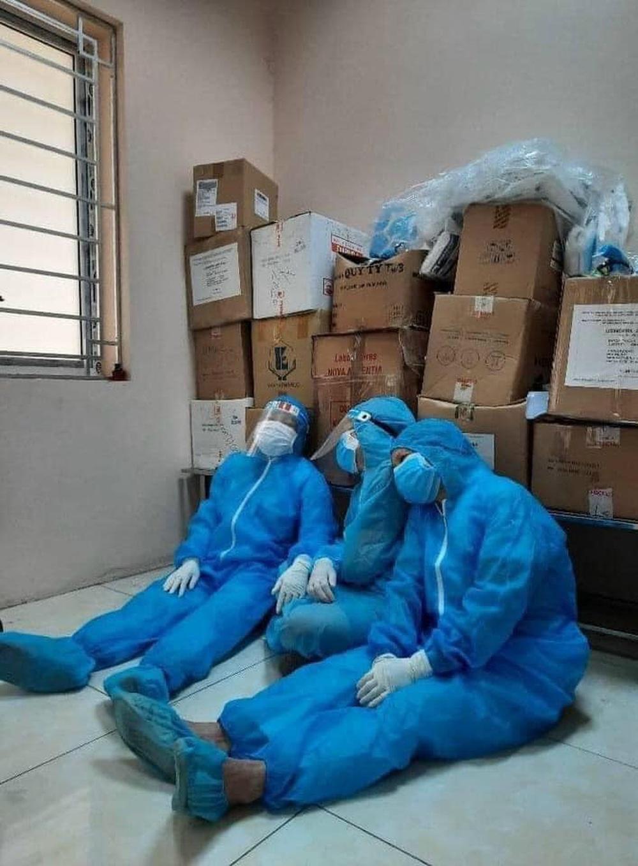 Rơi nước mắt hình ảnh nhân viên y tế kiệt sức khi vượt nắng, băng đêm truy tìm COVID-19 - Ảnh 7.