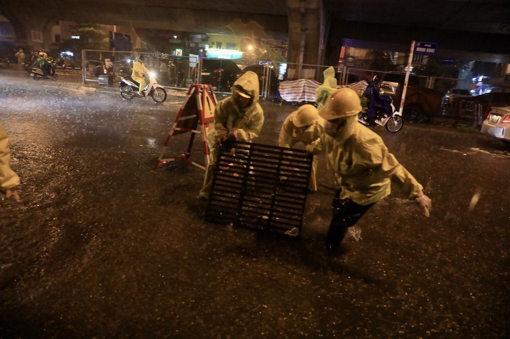 Hà Nội: Nhiều phố ngập nặng vì mưa lớn, người dân chật vật trên đường - Ảnh 2.
