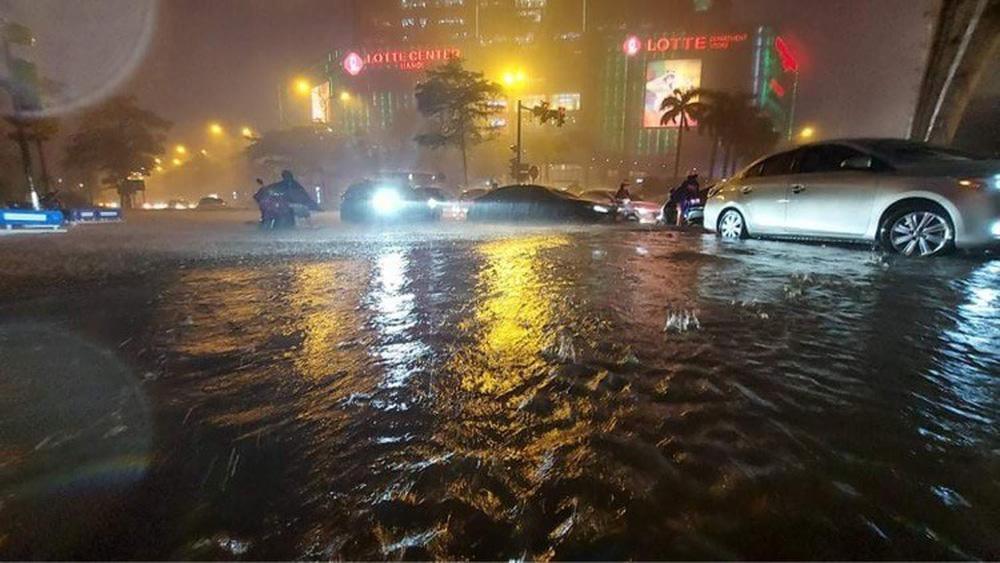 Hà Nội: Nhiều phố ngập nặng vì mưa lớn, người dân chật vật trên đường - Ảnh 17.