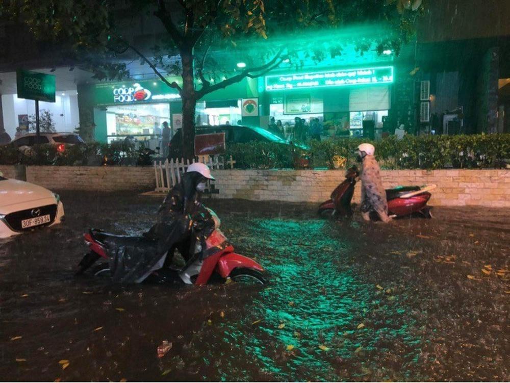 Hà Nội: Nhiều phố ngập nặng vì mưa lớn, người dân chật vật trên đường - Ảnh 16.