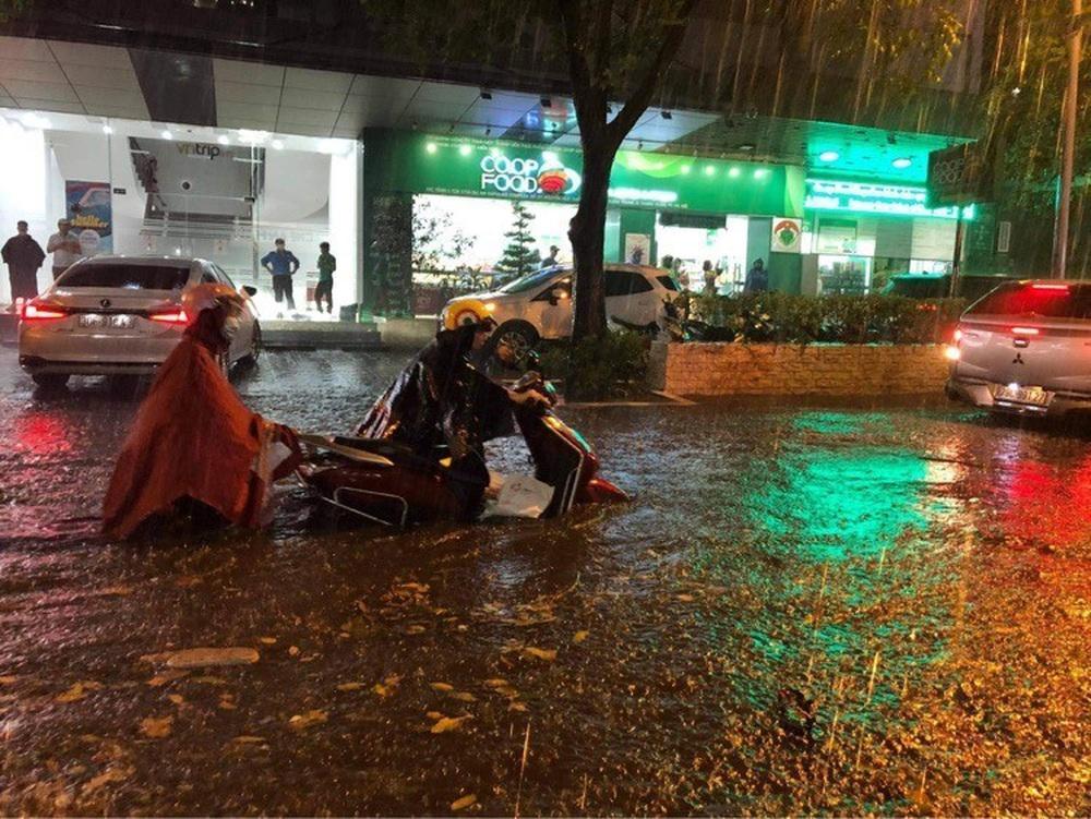 Hà Nội: Nhiều phố ngập nặng vì mưa lớn, người dân chật vật trên đường - Ảnh 15.