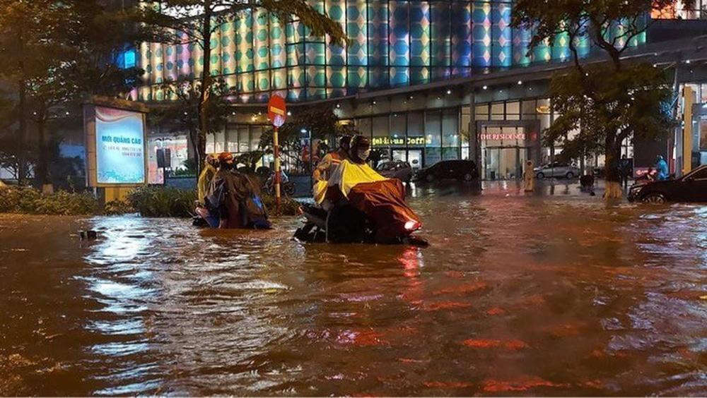 Hà Nội: Nhiều phố ngập nặng vì mưa lớn, người dân chật vật trên đường - Ảnh 14.