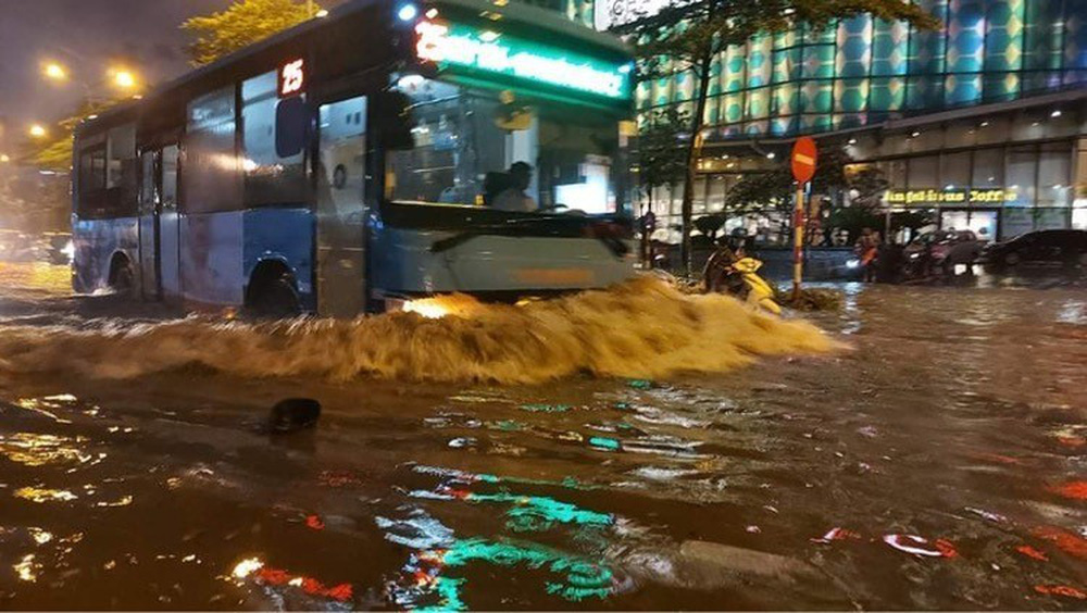 Hà Nội: Nhiều phố ngập nặng vì mưa lớn, người dân chật vật trên đường - Ảnh 13.