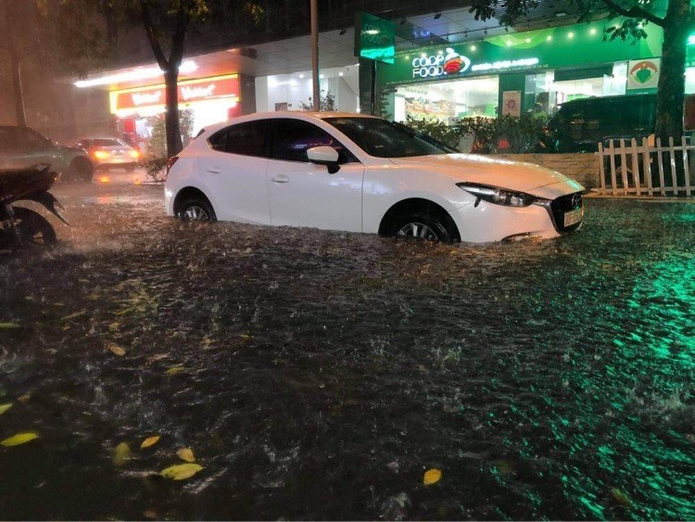 Hà Nội: Nhiều phố ngập nặng vì mưa lớn, người dân chật vật trên đường - Ảnh 12.