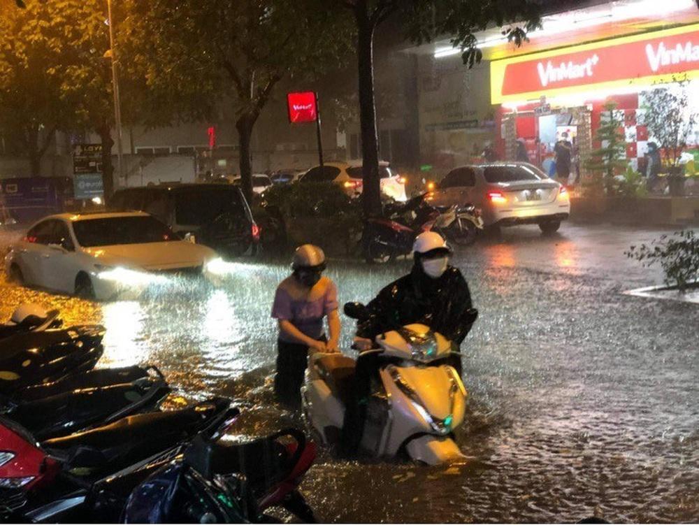 Hà Nội: Nhiều phố ngập nặng vì mưa lớn, người dân chật vật trên đường - Ảnh 11.