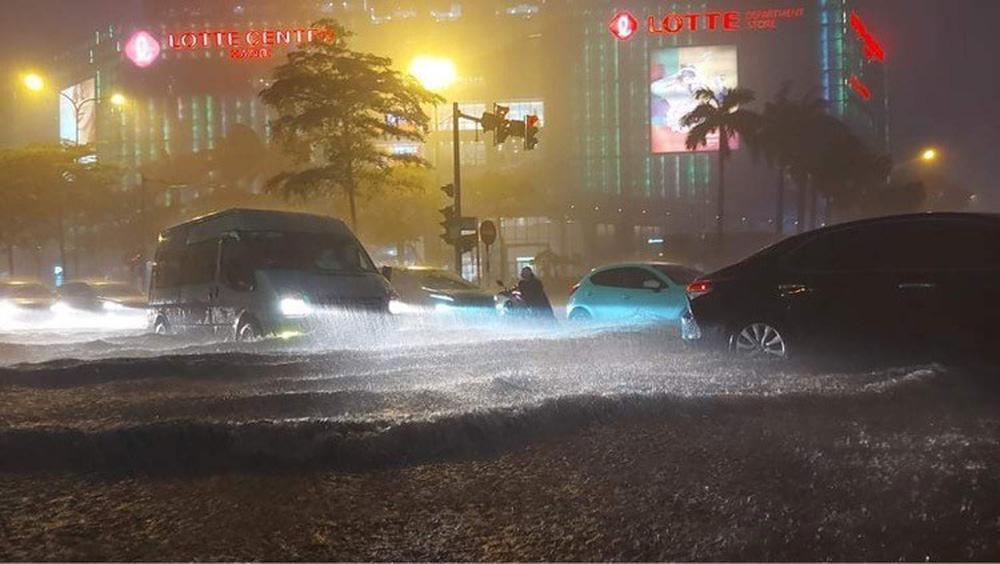 Hà Nội: Nhiều phố ngập nặng vì mưa lớn, người dân chật vật trên đường - Ảnh 10.