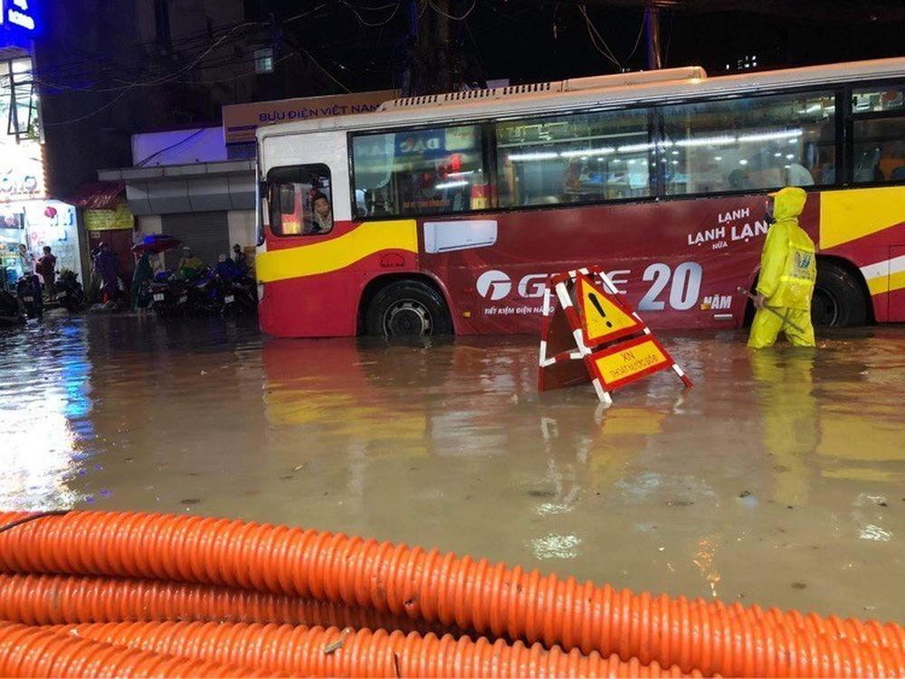 Hà Nội: Nhiều phố ngập nặng vì mưa lớn, người dân chật vật trên đường - Ảnh 9.