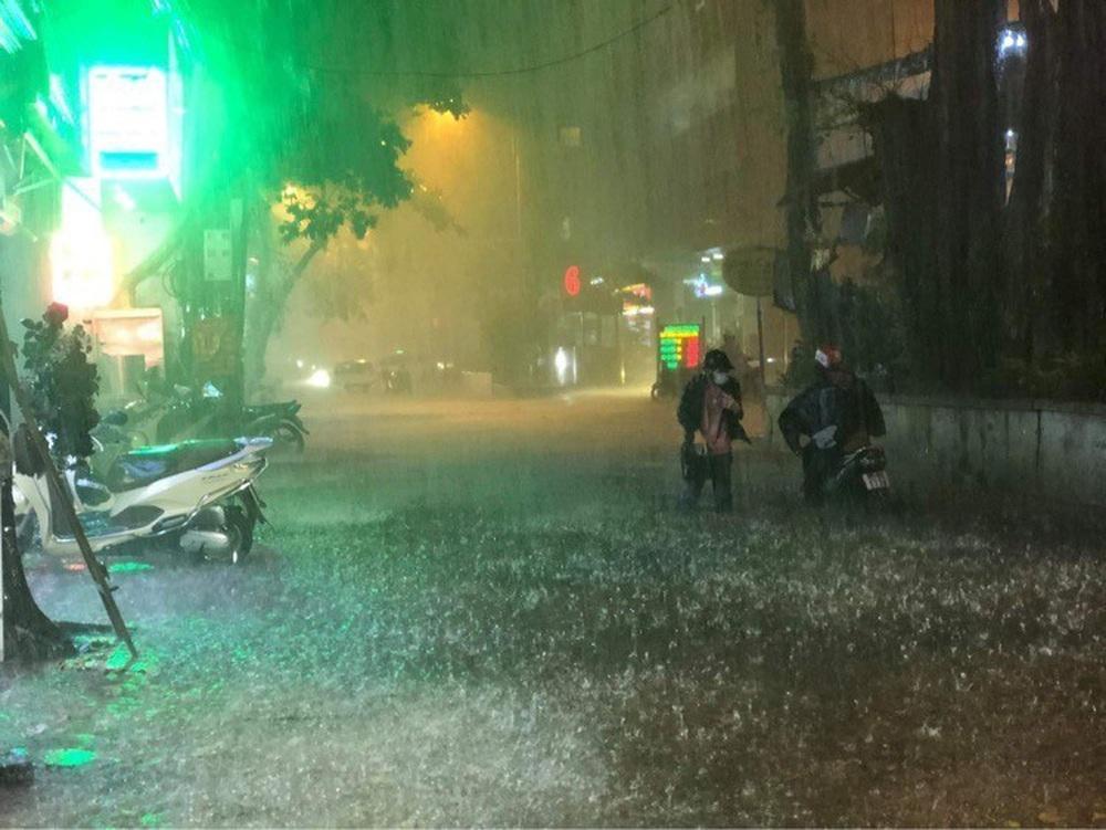 Hà Nội: Nhiều phố ngập nặng vì mưa lớn, người dân chật vật trên đường - Ảnh 8.