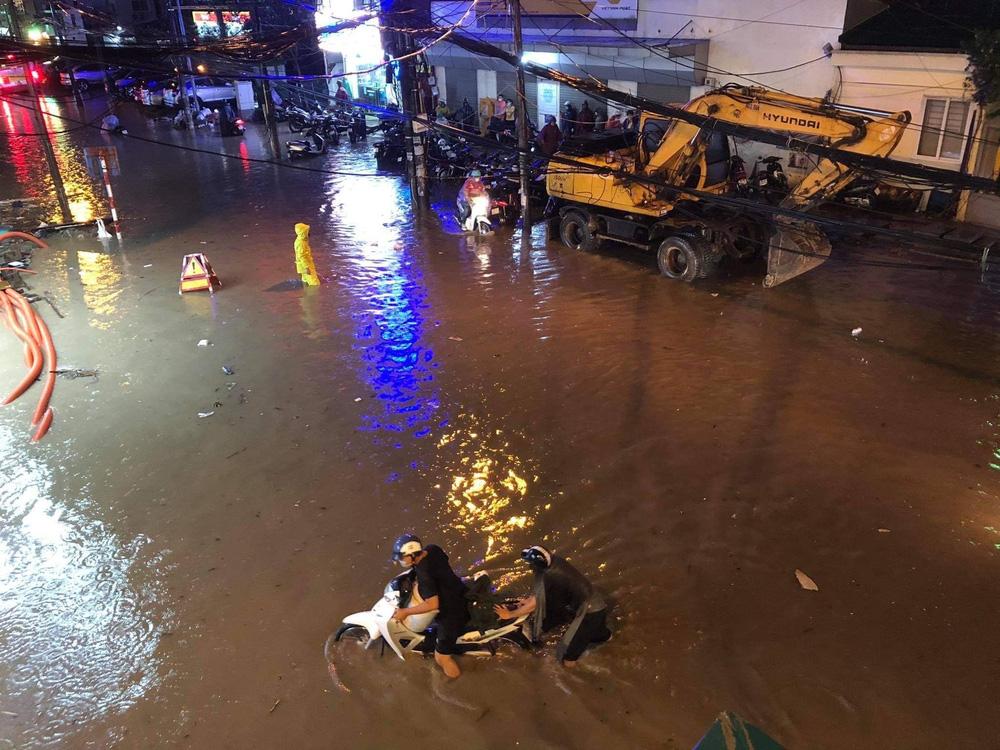 Hà Nội: Nhiều phố ngập nặng vì mưa lớn, người dân chật vật trên đường - Ảnh 7.