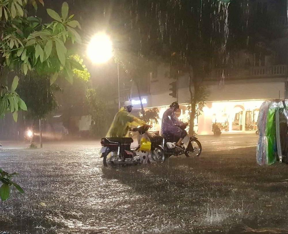 Hà Nội: Nhiều phố ngập nặng vì mưa lớn, người dân chật vật trên đường - Ảnh 3.