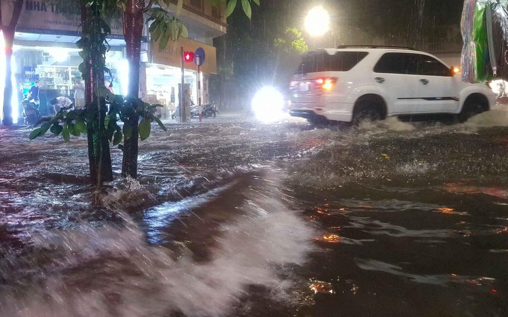 Hà Nội: Nhiều phố ngập nặng vì mưa lớn, người dân chật vật trên đường - Ảnh 6.