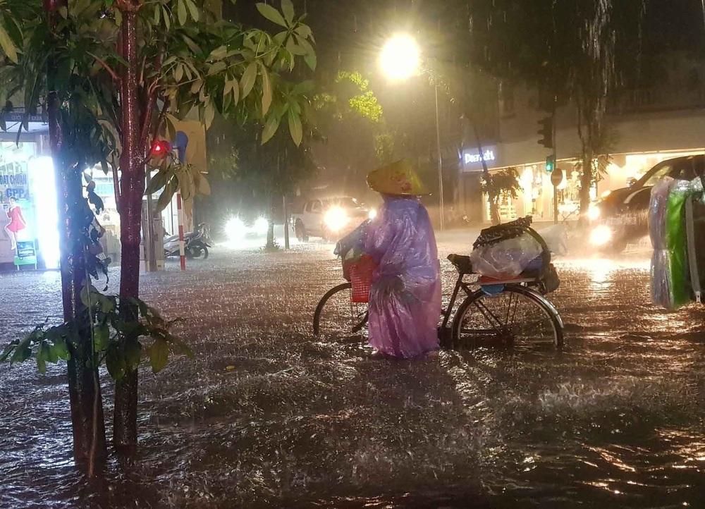 Hà Nội: Nhiều phố ngập nặng vì mưa lớn, người dân chật vật trên đường - Ảnh 4.
