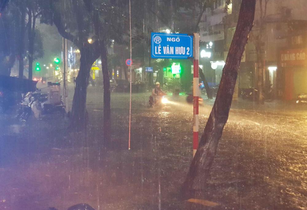 Hà Nội: Nhiều phố ngập nặng vì mưa lớn, người dân chật vật trên đường - Ảnh 5.