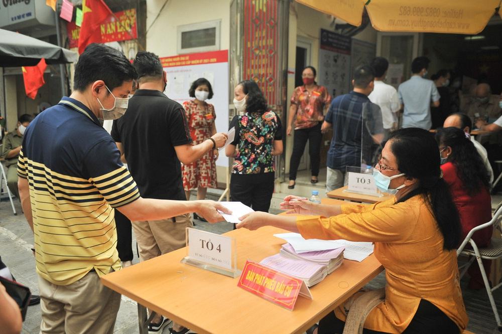 Hà Nội: Cử tri nô nức đi bỏ phiếu từ sáng sớm - Ảnh 6.