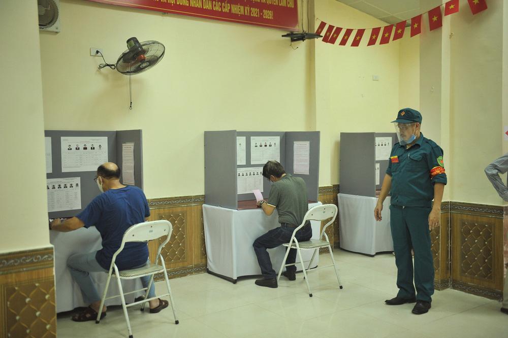 Hà Nội: Cử tri nô nức đi bỏ phiếu từ sáng sớm - Ảnh 8.