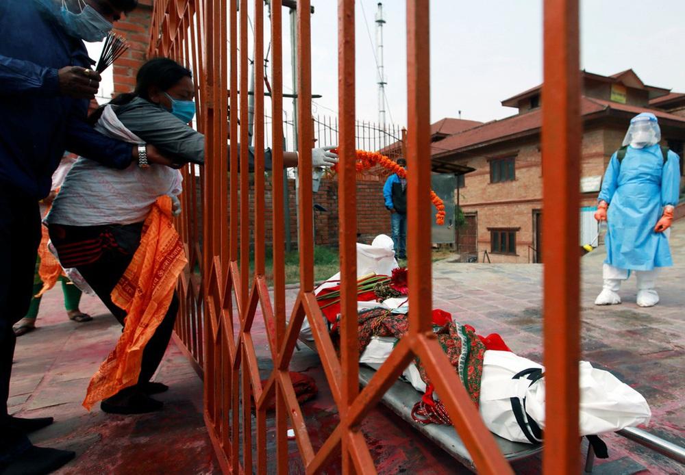 Sau Ấn Độ, Nepal hỏa thiêu nạn nhân COVID-19 ngoài trời - ảnh 9