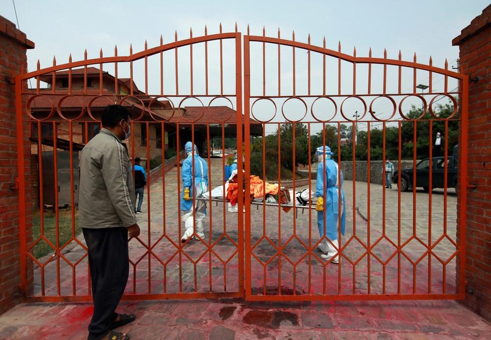 Sau Ấn Độ, Nepal hỏa thiêu nạn nhân COVID-19 ngoài trời - ảnh 8