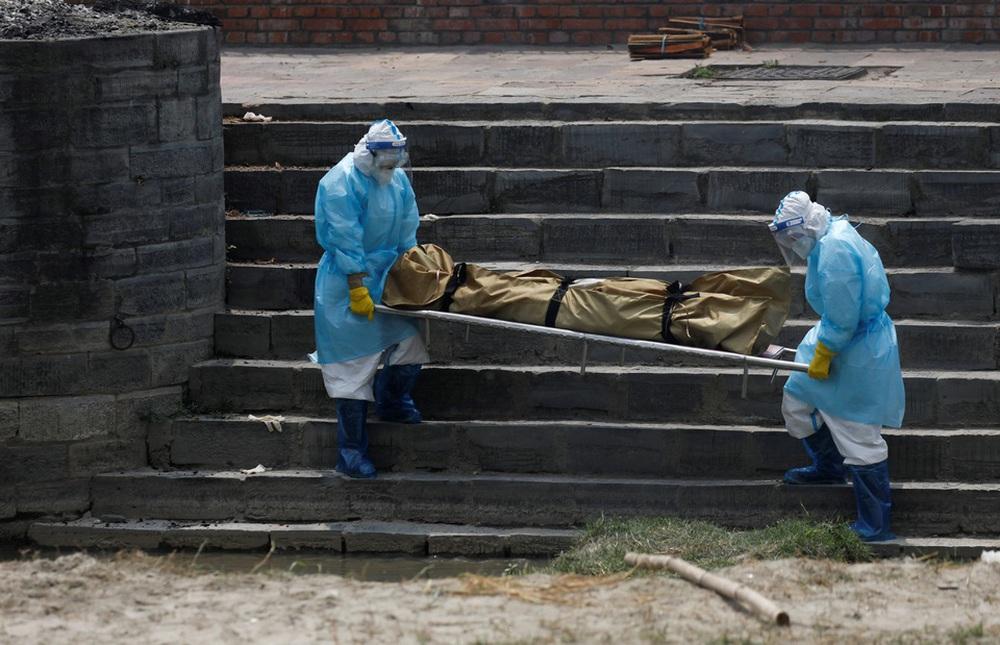 Sau Ấn Độ, Nepal hỏa thiêu nạn nhân COVID-19 ngoài trời - ảnh 1