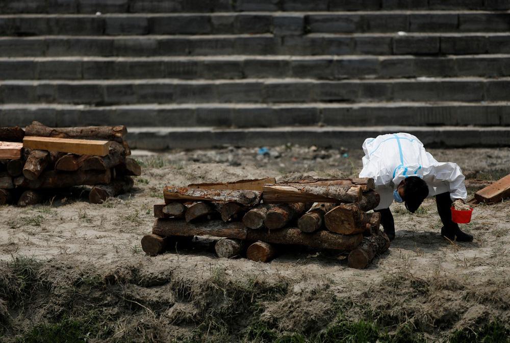 Sau Ấn Độ, Nepal hỏa thiêu nạn nhân COVID-19 ngoài trời - ảnh 3